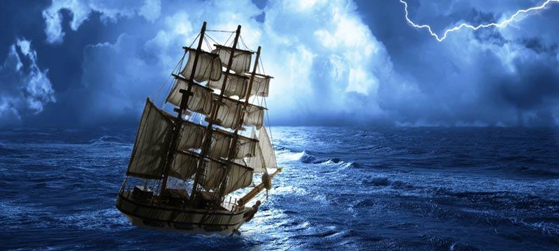 Barco a velas dirigiendose a tormenta en altamar