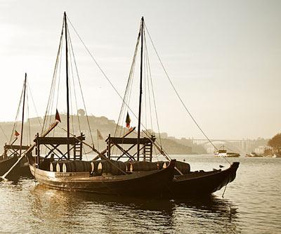 Barco antiguo anclado en puerto