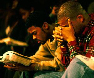 Cristiano orando y leyendo su Biblia