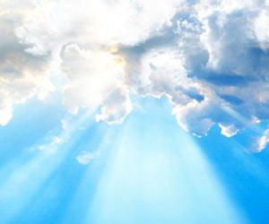 Haz de luz desde el cielo atravesando las nubes