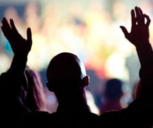 Cristiano buscando el rostro de Dios en oracion adorando