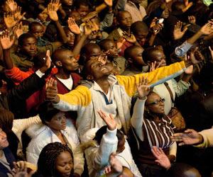 cristianos adorando en la iglesia