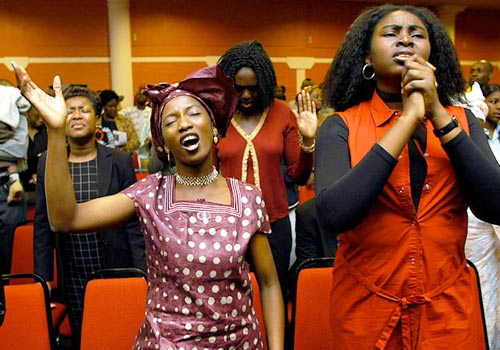 mujeres orando a Dios