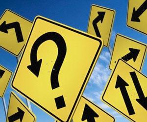 Joven cristiano en actitud pensativa tomando decisiones