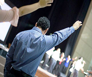 Fervor espiritual gente adorando en la iglesia