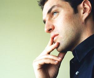 Hombre Joven pensando