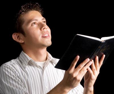 Joven creyente con Biblia anhela crecer espiritualmente