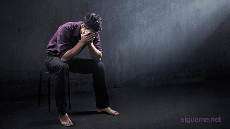 Joven cristiano tomandose la cabeza buscando perdon de Dios