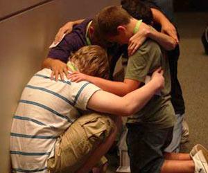 Jovenes unidos en oracion a Dios