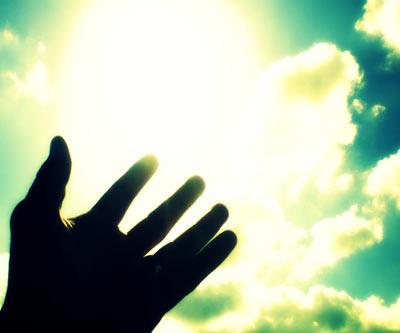 Mano que se levanta para tocar a Dios y al cielo