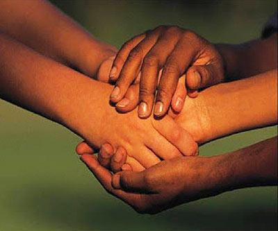 Personas solidarias ayudan a otras