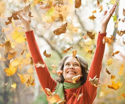 mujer feliz levantando sus brazos