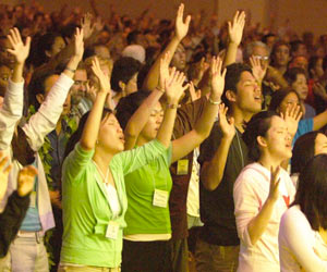 Cristianos adorando a Dios con sus manos en alto