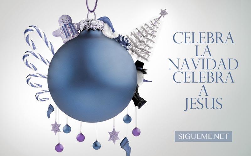 Adorno de Navidad y figuras navideñas colgando de ella
