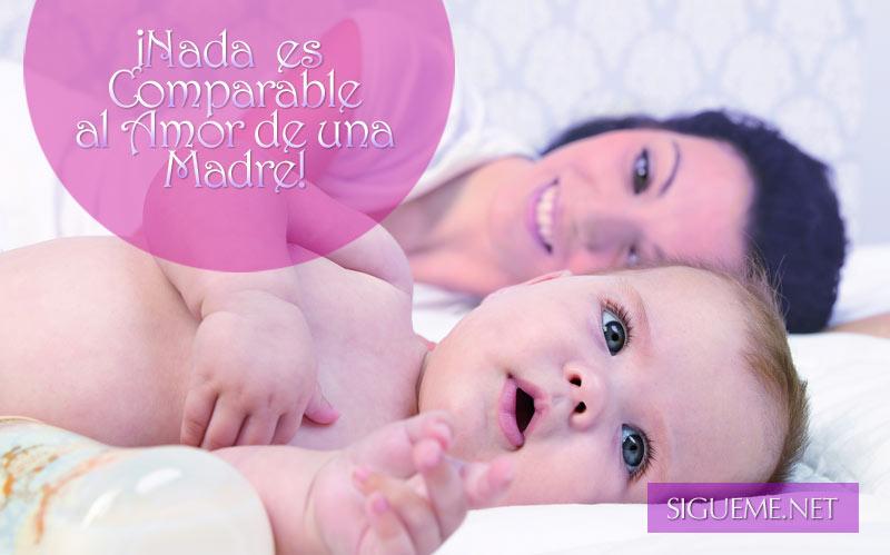 madre recostada con su bebe en la cama sonriendo