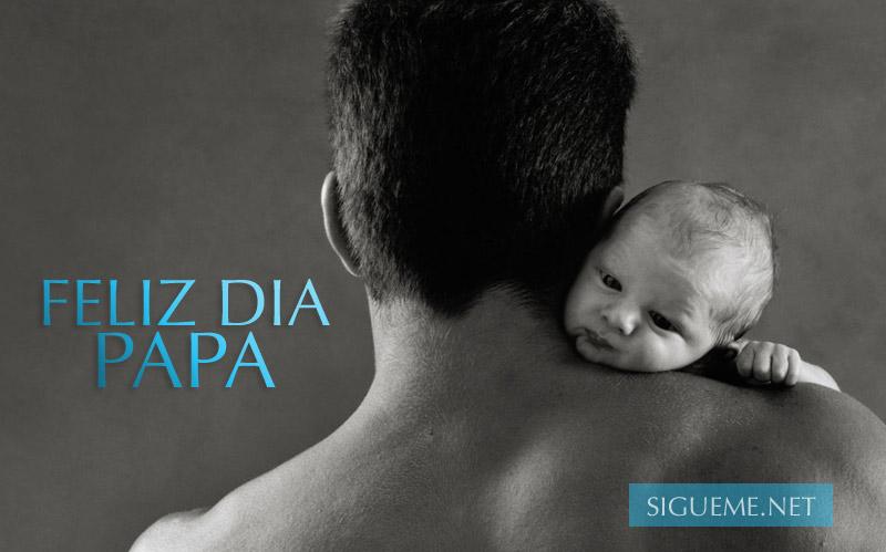 Padre tomando a su hijo bebe en brazos