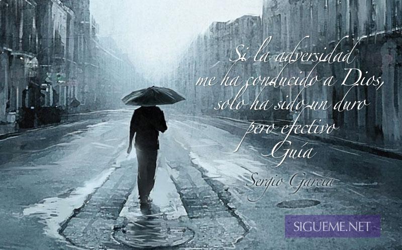 Hombre caminando en medio de una tormenta llevando paraguas