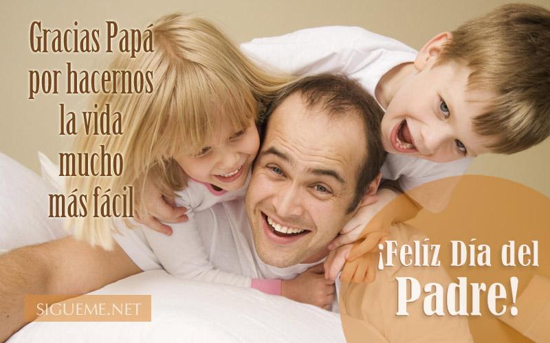 Padre con sus hijos jugando y sonriendo