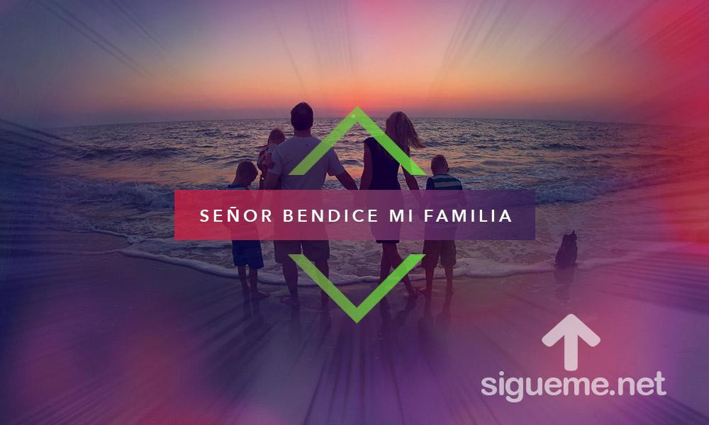 Imagen de una familia cristiana frente al mar, al amanecer de un nuevo dia