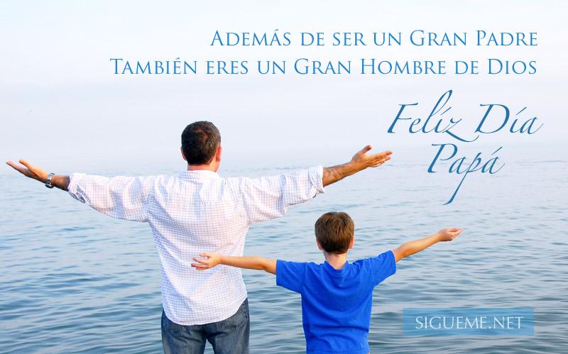 Padre e hijo alzando sus manos frente al mar y frente a Dios