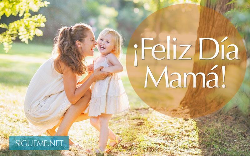 madre con su pequeña hija sonriendo en un parque