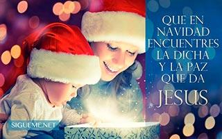 Una mujer con su hijo mirando el interior de un regalo en Navidad
