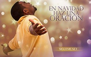 Hombre orando a Dios en Navidad