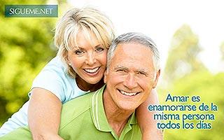 Matrimonio duradero de mediana edad sonriendo