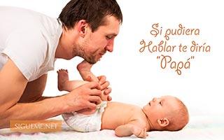 Papá con su bebe en pañales