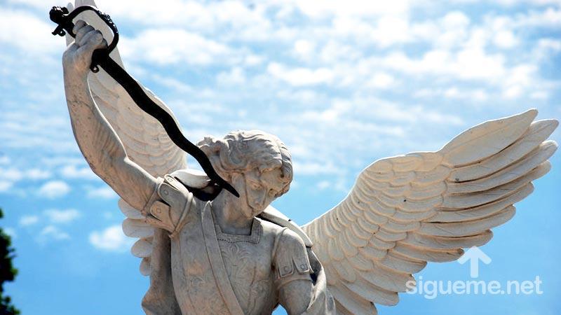 Angel guerrero de Dios con espada desenvainada