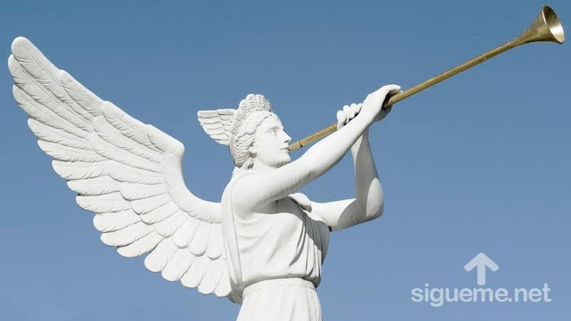 Angeles de Dios tocando trompetas