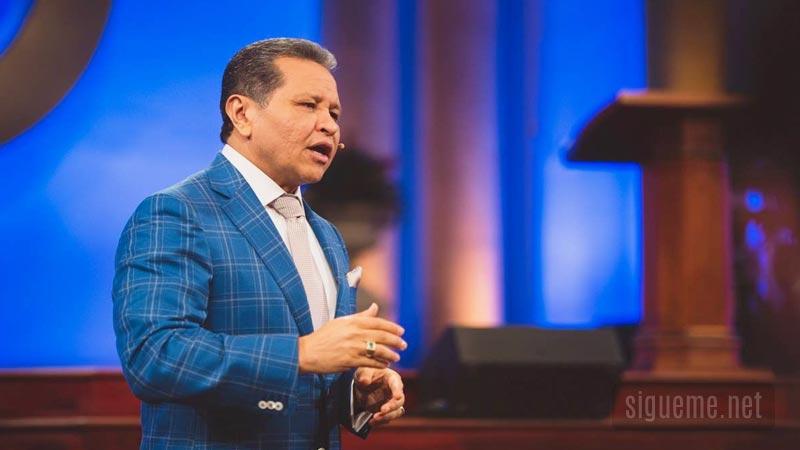 El apostol Guillermo Maldonado predicando sobre los Milagros de Dios