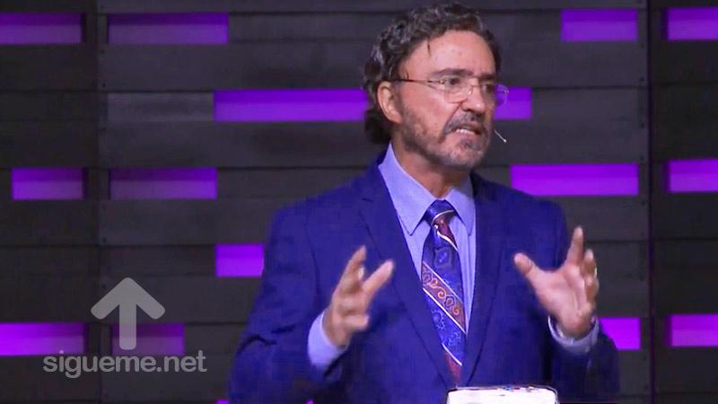 El Dr. Armando Alducin predica su sermon sobre la existencia del Mal