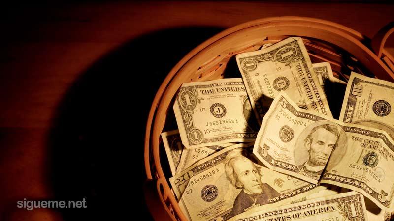 Canasta con el dinero de las ofrendas de la iglesia