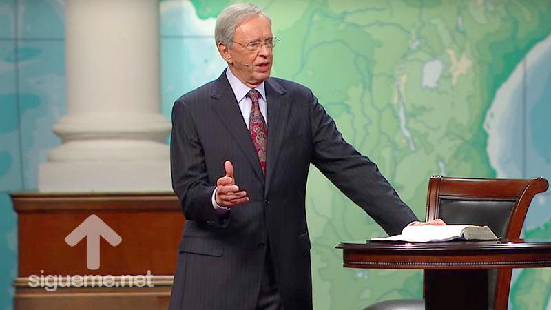 El Pastor Charles Stanley predica en su sermon sobre el poder de la oracion