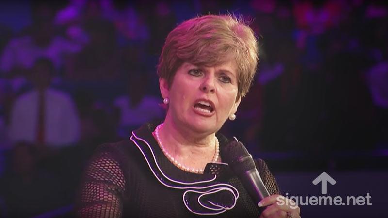 Cindy Jacobs predicando a mujeres cristianas sobre la oración