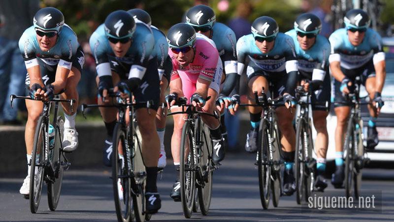 Carrera de ciclistas en competencia