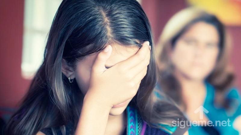 Joven tomando su cabeza preocupada, viviendo un crisis