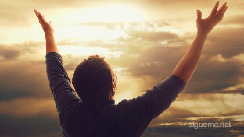 Cristiano adorando a Dios alzando las manos