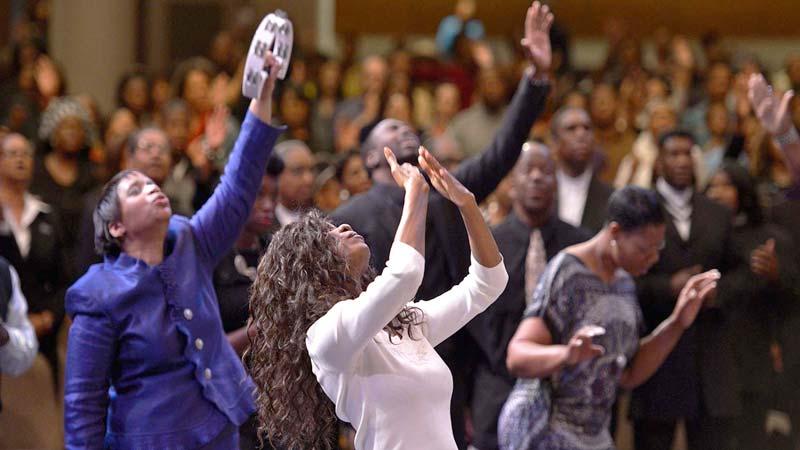 Cristianos adorando a Dios en el templo de la iglesia