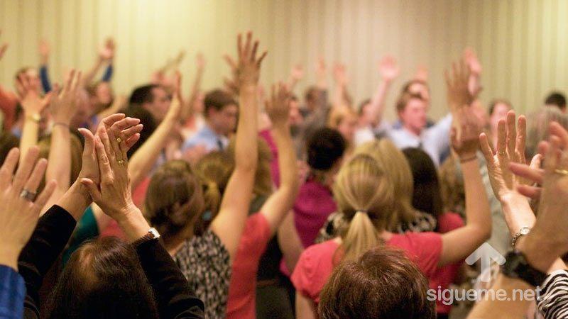 Cristianos adorando y orando a Dios en la iglesia