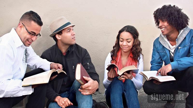 Grupo de jovenes cristianos leyendo la Biblia