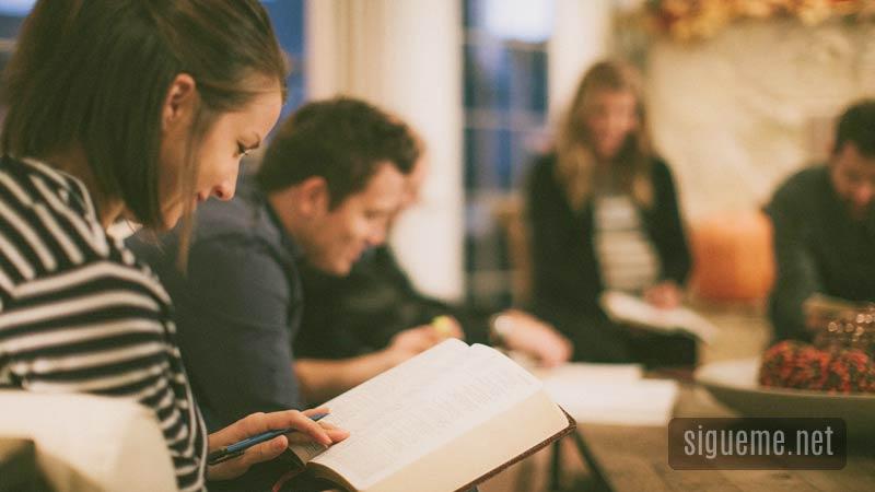 Grupo de creyentes estudiando la biblia