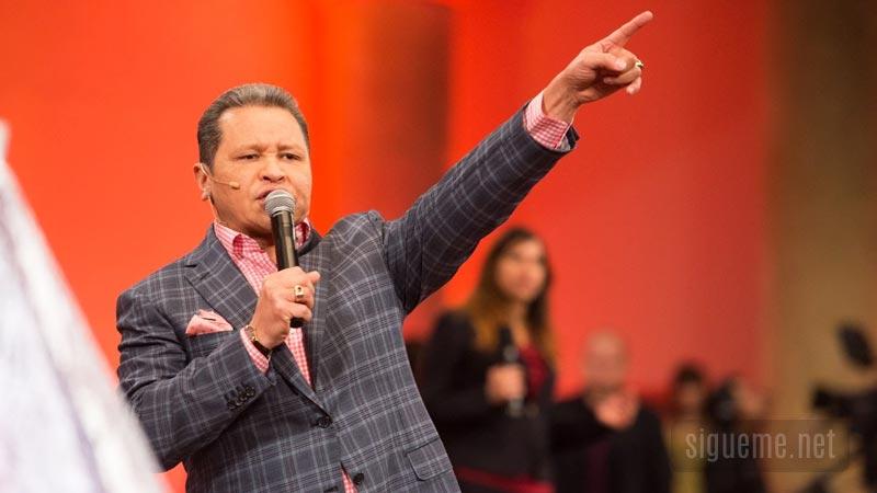 Guillermo Maldonado predicando un mensaje cristiano