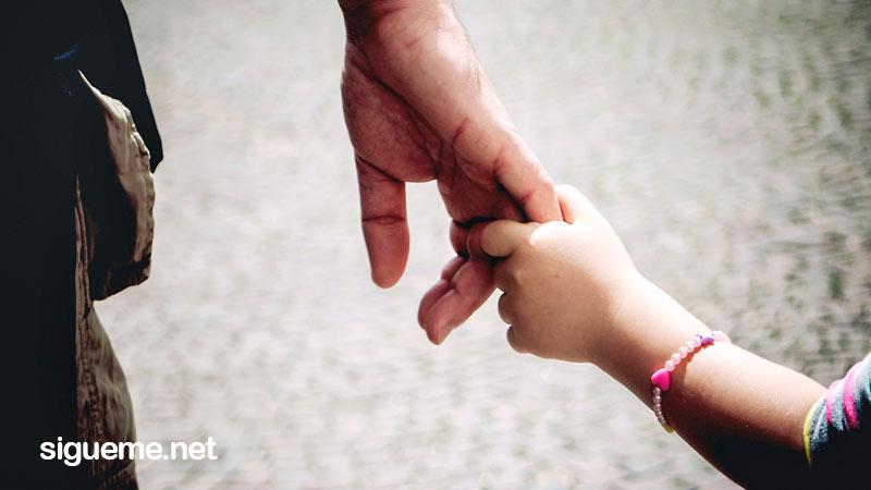 Imagen cristiana de un hijo tomando la mano de su padre