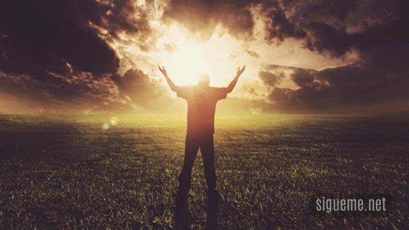 Hombre con las manos levantadas ante Dios en adoracion