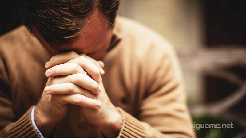 Hombre de Dios orando por la uncion del Espiritu santo