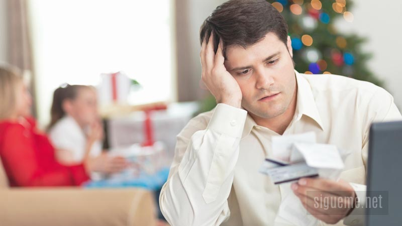 Hombre de familia preocupado por su economía personal