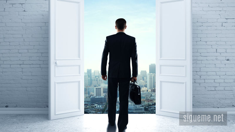 Hombre inicia o emprende negocio