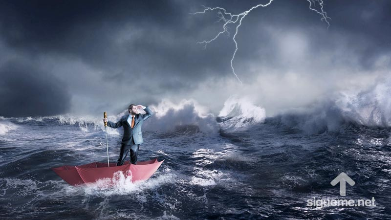 Hombre en medio de la tempestad en medio del mar protegido por DIOS